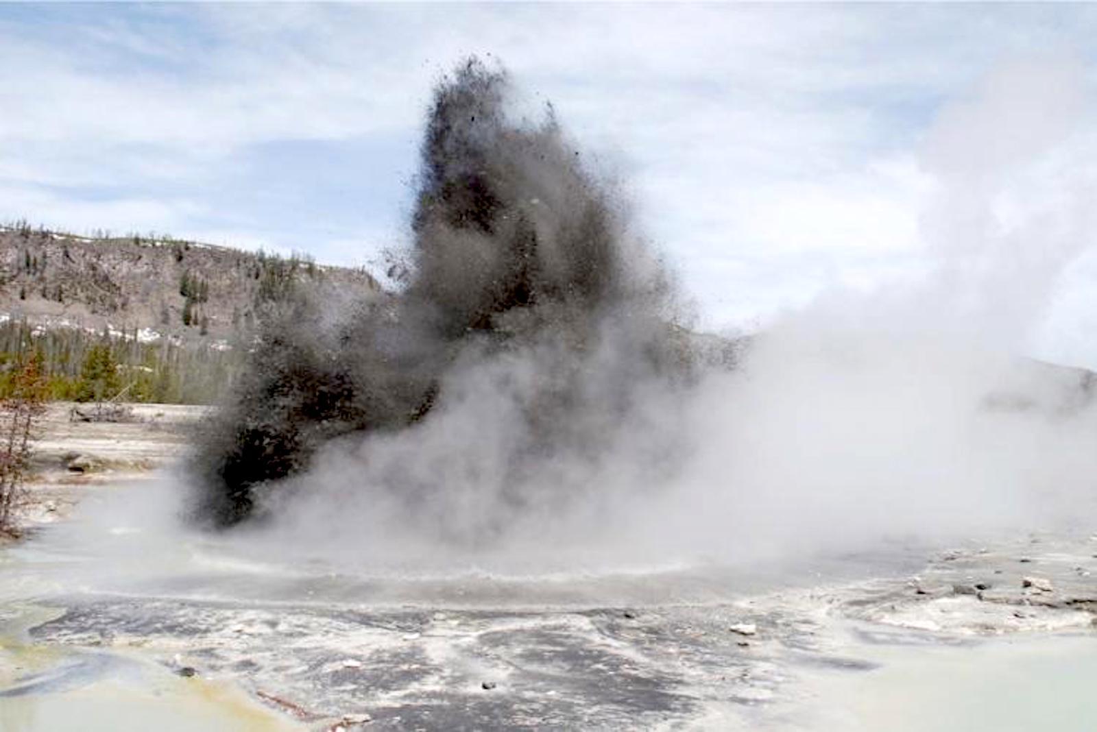 Hydrothermale Explosion im Biscuit-Becken im Yellowstone-Nationalpark. Riesige Mengen heißen Wassers und Gestein platzen heraus.
