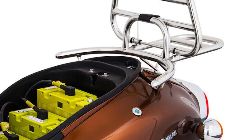 Drei Batterien passen unter den Sitz. Mit diesen lässt sich eine Reichweite von bis zu 150 Kilometern realisieren. Jeder Akku hat eine Kapazität von 1479 Wattstunden. Sie können direkt im Roller oder an jeder haushaltsüblichen Steckdose aufgeladen werden.