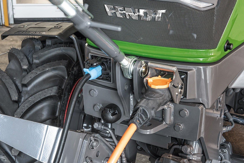 Laden eines Fendt-Traktors: Für Anwender, die unter Zeitdruck stehen, bietet Fendt eine Supercharging-Option mit Gleichstrom über ein CCS-Typ-2-Stecker an. In nur 40 Minuten ist der Akku bis zu 80 % geladen.