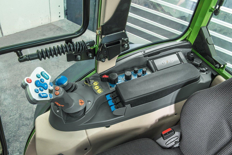 Blick in die Fahrerkabine des Elektro-Traktors von Fendt.