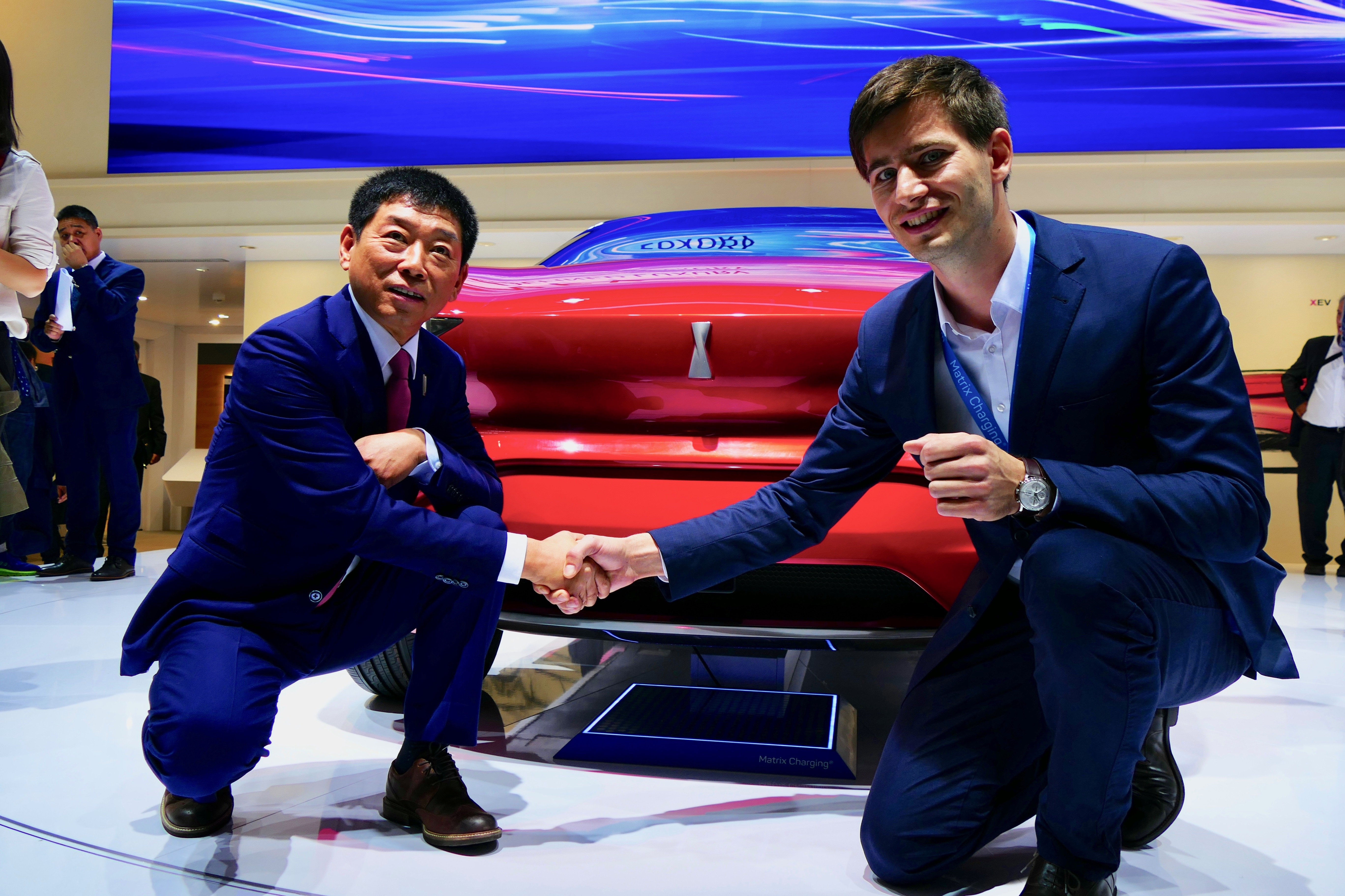 Auf der IAA 2017 präsentiert Easelink-Gründer Hermann Stockinger (li.) gemeinsam mit Wey-Gründer Wei Jianjun das Konzeptfahrzeug des chinesischen Herstellers, bei dem die österreichische Ladetechnik verbaut wurde.