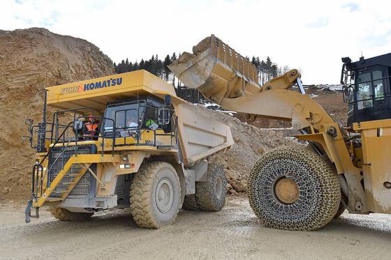 Die Schaufel des Radladers fasst 15 t Gestein. Mit vier Schaufelfüllungen ist der 110-Tonnen-Dumper voll beladen.