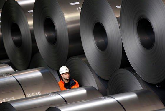 Der Industriekonzern Thyssenkrupp wird seine europäische Stahlsparte mit der des indischen Konkurrenten Tata Steel zusammenlegen. Darauf einigten sich die Unternehmen am Mittwoch.