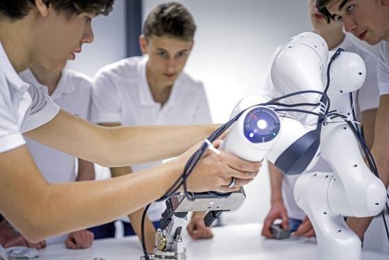 Das Programmieren mit dem Roboter PANDA ist besonders leicht.