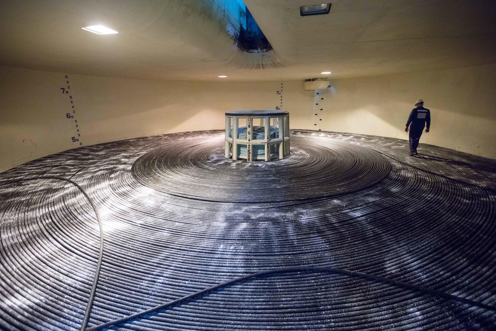 Das Unterseekabel, aufgerollt im Inneren eines Schiffs: Das Unterseekabel ist kaum dicker als ein Gartenschlauch. Im Inneren befinden sich acht Paare Glasfaserkabel, die 160 Terabits pro Sekunde übertragen.