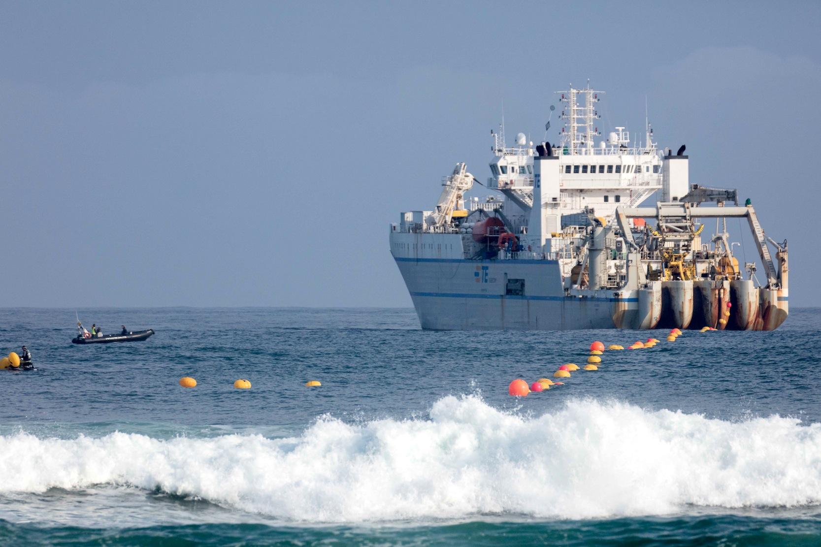 Das Datenkabel wurde direkt auf dem Meeresboden verlegt. Es liegt in Tiefen von durchschnittlich 3,3 Kilometern auf dem Grund.