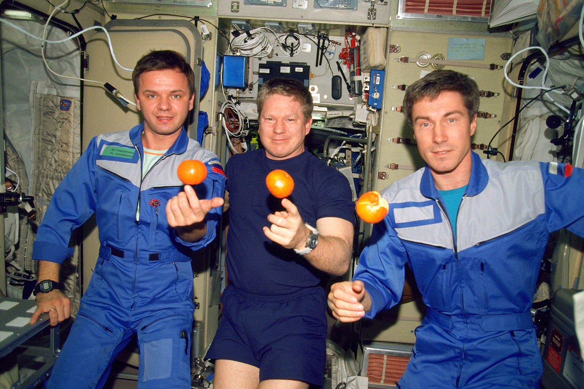 Sie waren die erste Langzeitbesatzung auf der ISS (v.l.): Juri Pawlowitsch Gidsenko, William McMichael Shepherd und Sergei Konstantinowitsch Krikaljow lebten vom2. November 2000 bis zum 18. März 2001 an Bord der ISS.