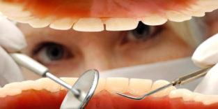 Erster Roboter implantiert gedruckte Zähne