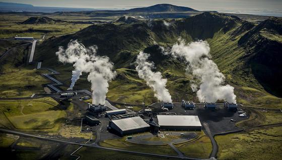 """Das Erdwärmekraftwerk in Hellisheidi im Südwesten Islands verwandelt CO<custom name=""""sub"""">2</custom> in Karbonat."""