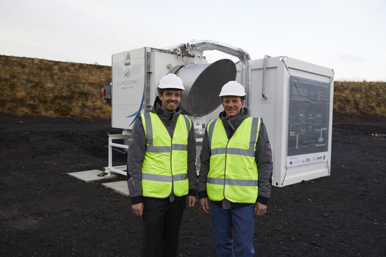 Die Ingenieure Jan Wurzbacher (li.) und Christoph Gebald vor ihrem CO2-Kollektor.