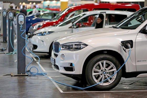 Je mehr Elektroautos auf den Straßen unterwegs sind, desto mehr Batterien werden benötigt. Doch die Rohstoffe sind jetzt schon knapp.