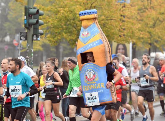 Läufer beim Berlin-Marathon 2017: US-Forscher haben ein Garn entwickelt, das nur aus den Körperbewegungen beim Laufen so viel Energie erzeugt, dass damit Uhr und Pulsmesser betrieben werden können