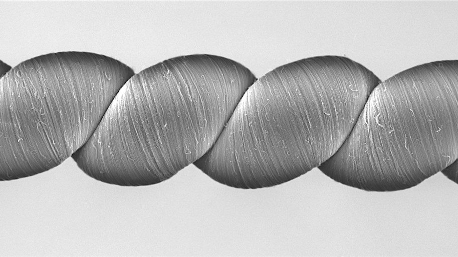 Nur ein Zehntausendstel eines menschlichen Haars beträgt der Durchmesser der Faser, die US-Forscher erzeugt haben.
