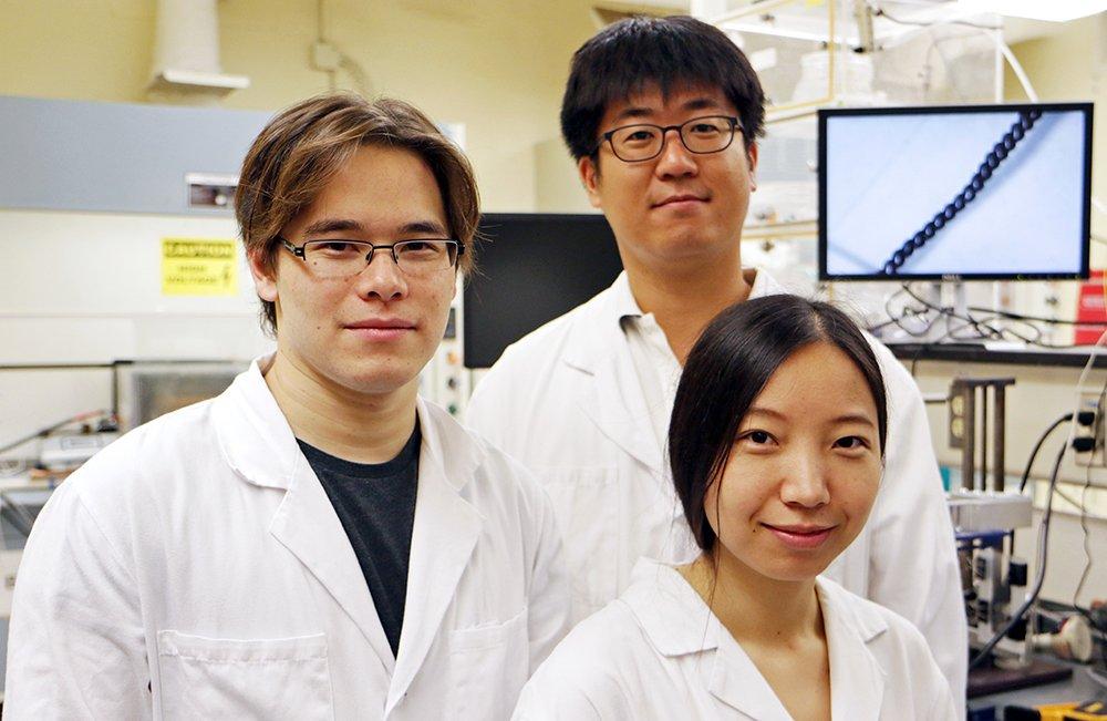 Haben das Strom erzeugende Garn entwickelt (v.l.):Dr. Carter Haines, Dr. Shi Hyeong Kim undDr. Nai Li von derUniversity of Texas in Dallas.