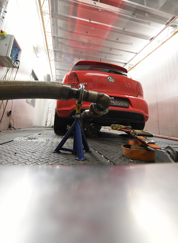 Ein Auto des Herstellers Volkswagen steht am 6. Oktober 2017 in Wien auf einem Rollenprüfstand und ist an ein Mess-System für eine Abgasmessung nach NEFZ (Neuer Europäischer Fahrzyklus) vorbereitet.