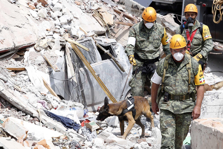 Mitarbeiter der Rettungskräfte suchen in Mexiko-Stadt nach eingeschlossenen Menschen.Erdbeben wie dieses zeigen, wie hilflos der Mensch Naturgewalten noch immer gegenübersteht. Doch einige technische Entwicklungen geben Hoffnung.