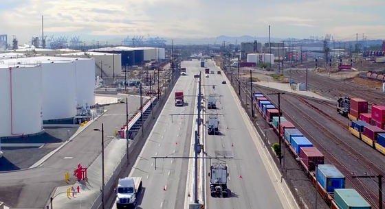 Auf dem eHighwayin der Stadt Carson in Kalifornien zwischen den Häfen von Los Angeles und Long Beachtesten die USA, ob Trucks mit Hybridantrieb auch in der Praxis funktionieren. Erwartet wird eine Halbierung des Energieverbrauchs und eine Verringerung der lokalen Luftverschmutzung. Drei Lkw wurden mit der Oberleitungstechnik von Siemens ausgerüstet, um die Technik in der Praxis zu erproben.