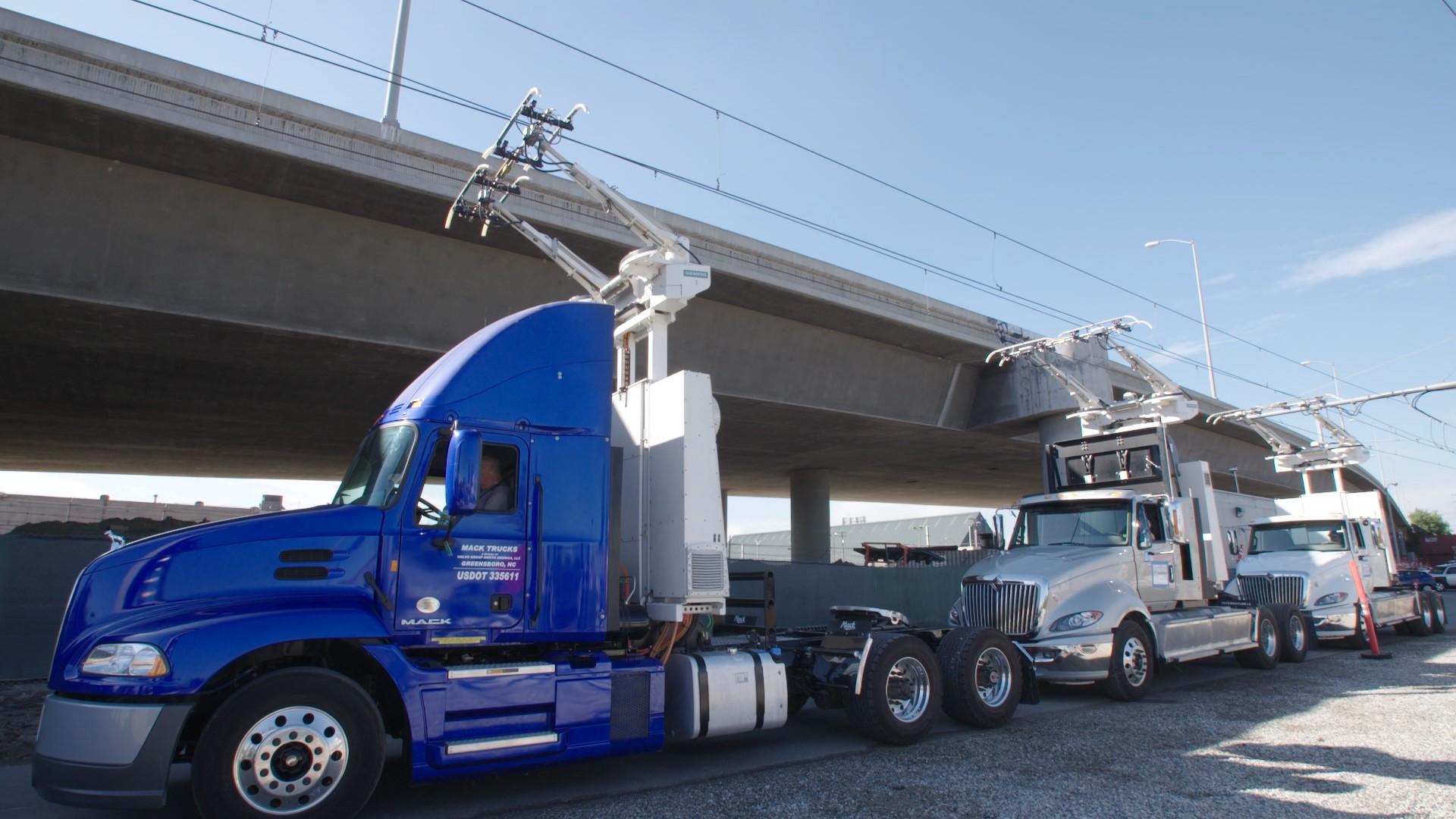 Die drei US-Trucks verfügen zusätzlich über einen Elektromotor, eine Batterie und den Stromabnehmer hinter dem Fahrerhaus.