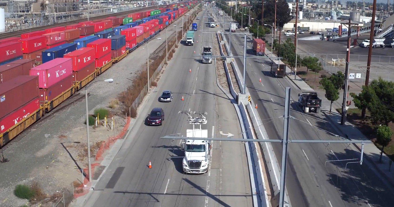 Die Hybrid-Lkw werden im Warentransport der Häfen von Los Angeles und Long Beach eingesetzt.