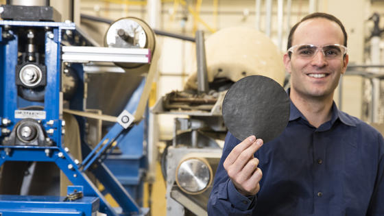 Anthony Dichiara, Professor an der University of Washington, hält ein intelligentes Stück Papier in seinen Händen.