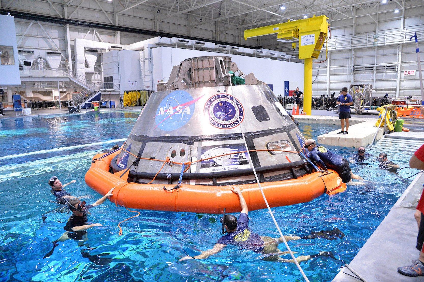 Testversion der Orion-Kapsel im Wasserbecken des Johnson Space Centers in Houston: Bergungsteams haben schon 2016 die Bergung nach einer Landung im Pazifischen Ozean vor der Küste Kaliforniens geübt.