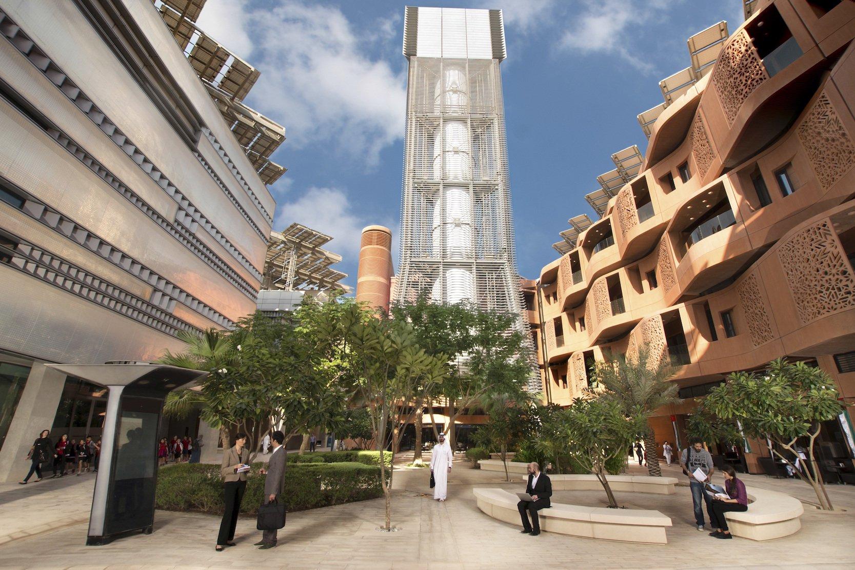 Um die Hitze in einer Wüstenstadt erträglich zu machen, hat Masdar City in Abu Dhabi einen Turm entwickelt, der kühle Luft über die Plätze der Stadt bläst.