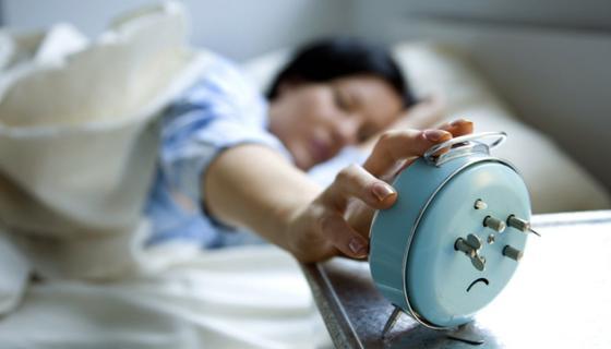 Morgenmuffel oder Frühaufsteher: Nach einer Studie des Forschungszentrums Jülich lässt sich dies anhand der Signalübertragung in der weißen Hirnsubstanz erkennen.