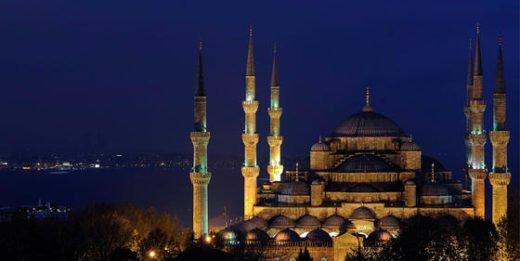 Die Sultan-Ahmed-Moschee steht in der größten Stadt Europas: Istanbul.