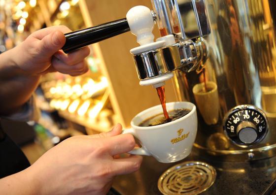 Frisch gebrühter Kaffee ist auch im Büro unverzichtbar: Er ist gesund und keineswegs schädlich, beweist eine neue Harvard-Studie.