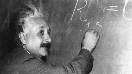Albert Einstein arbeitet vor amerikanischen Wissenschaftlern an einem mathematischen Problem an der Tafel. Einstein wurde am 14. März 1879 in Ulm geboren und starb am 18. April 1955 in Princeton, New Jersey.
