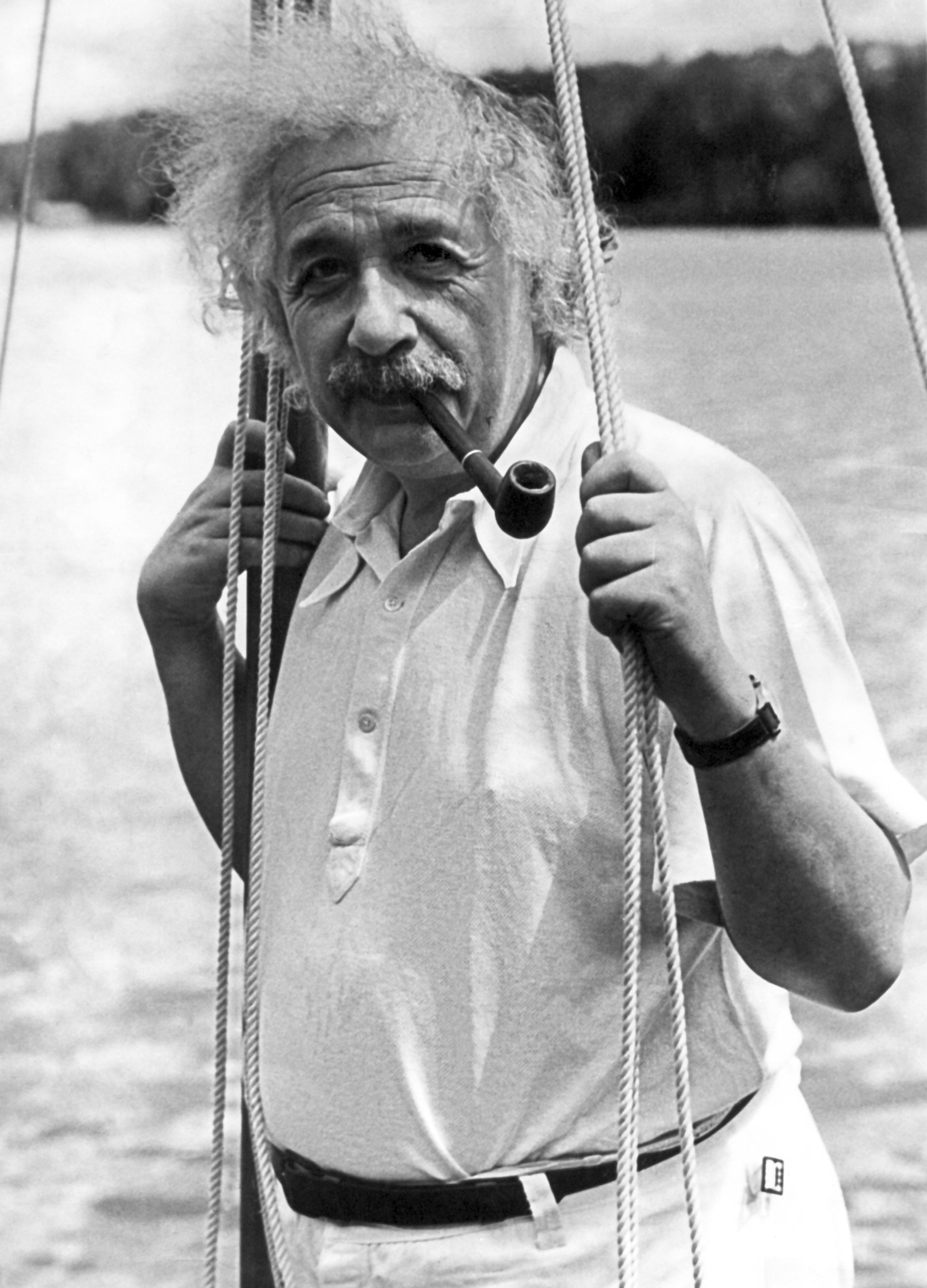 Der deutsche Physiker Albert Einstein beim Rauchen einer Pfeife: Der Begründer der Relativitätstheorie erhielt 1921 für seine Beiträge zur Quantentheorie, besonders für seine Deutung des Photoeffekts, den Nobelpreis für Physik.