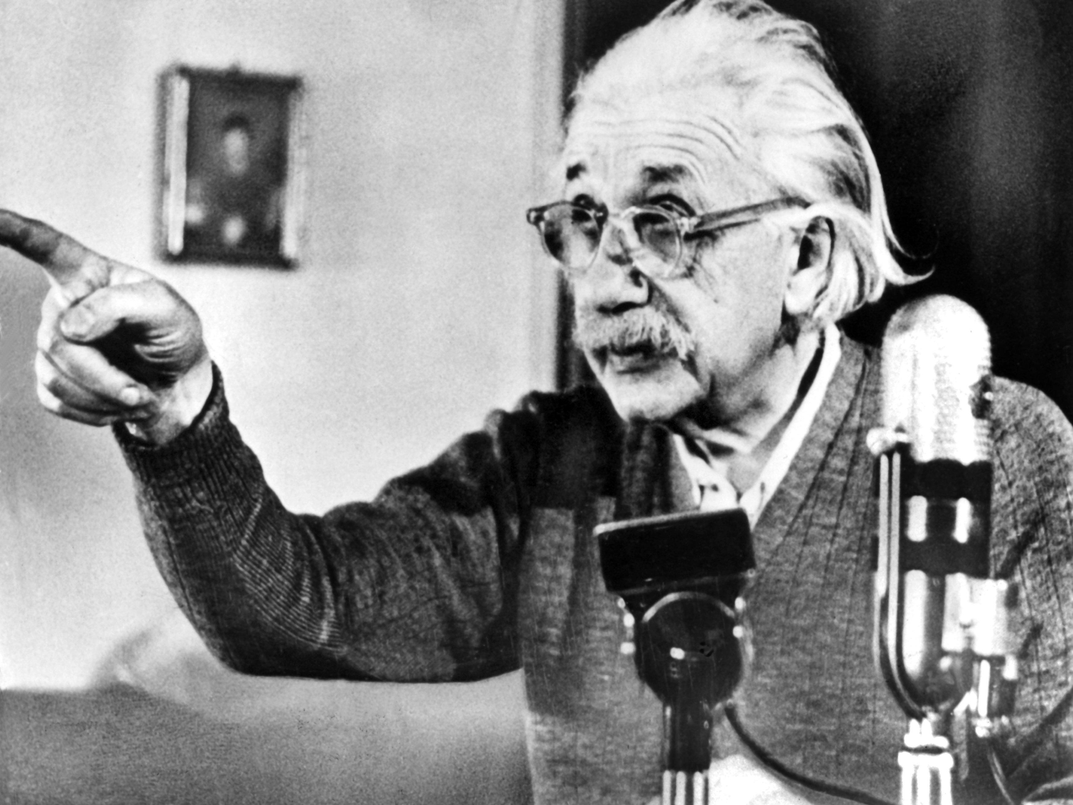 Albert Einstein spricht in einer berühmten Rede im Februar 1950 zur Frage des atomaren Wettrüstens. Ende Dezember 1999 wurde der unkonventionelle Wissenschaftler vom amerikanischen Time-Magazin zur