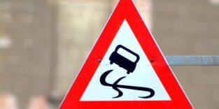 Verkehrsschild mit Auto auf Schleuderkurs