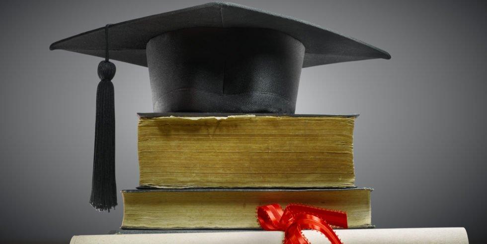 Doktorhut auf einem Stapel Bücher