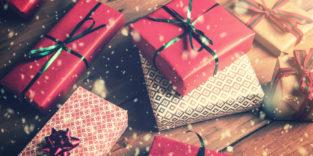 verpackte Geschenke liegen übereinander