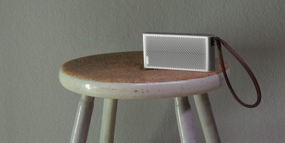 Loewe Klang M1 auf einem runden Hocker