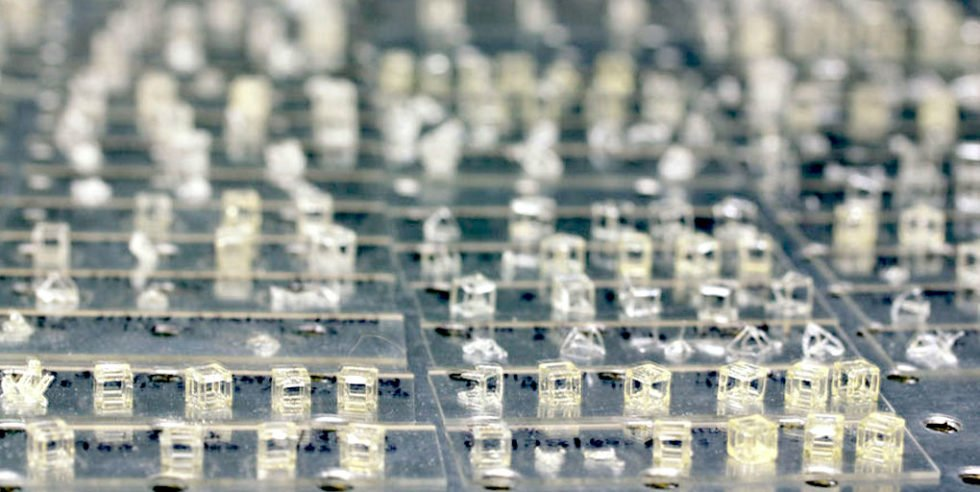 Durch die Verwendung von lasergenerierten, hologrammähnlichen 3D-Bildern, die in photosensitives Harz geblitzt wurden, haben Forscher des Lawrence Livermore National Laboratory entdeckt, dass sie komplexe 3D-Teile in einem Bruchteil der Zeit des traditionellen Schicht-für-Schicht-Druckens erstellen können. Mit diesem Verfahren haben Forscher innerhalb von Sekunden Balken, Ebenen, Streben in beliebigen Winkeln, Gitter und komplexe und einzigartig gekrümmte Objekte gedruckt.