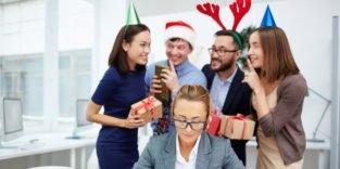 Kollegen überraschen Kollegin mit Weihnachtsgeschenken