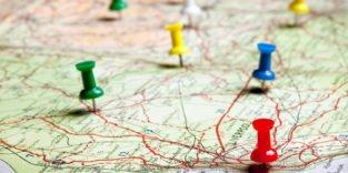 Stecknadeln auf einer Landkarte