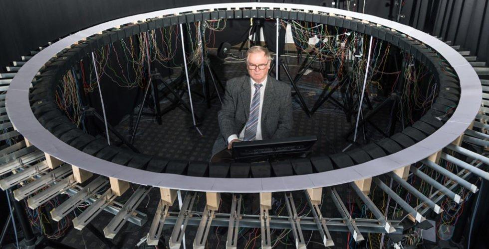 Prof. Dr.-Ing. Hugo Fastl von der TU München im Sound-Labor: Die TU entwickelt Geräusche, die typisch sein sollen für bestimmte Elektroautos.