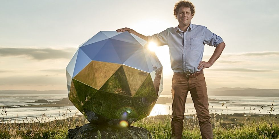 Rocket-Lab-Chef Peter Beck mit Humanity Star: Der Satellit im Discokugel-Design dreht sich die nächsten neun Monate im All, zwischen 293 und 521 Kilometer von der Erde entfernt. Sein Leuchten ist mit bloßem Auge erkennbar.