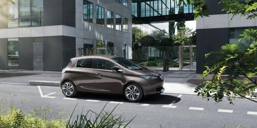 Ein Renault Zoe auf einem Parkplatz vor einem Bürogebäude