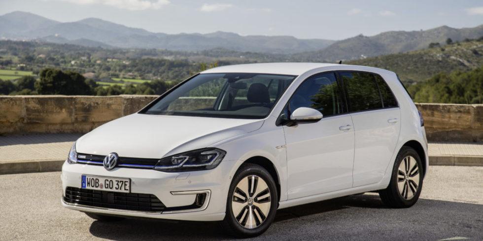 Der VW e-Golf in weiß parkt