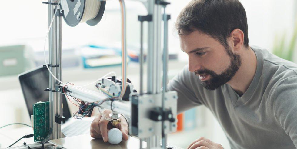 Mann vor einem 3D-Drucker