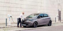 Mann lädt seinen geparkten Renault Zoe