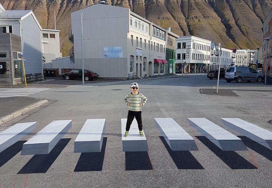 Die aufgemalten Schatten machen den Zebrastreifen optisch zu einem echten Hindernis.