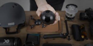 Hand hält eine dunkle runde Kugel, die Kamera Pitta ins Bild