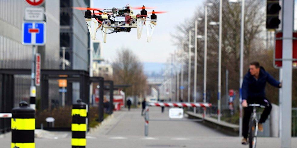 Autonome Drohne der Universität Zürich: Dank künstlicher Intelligenz navigiert das Fluggerät sicher durch die Stadt.