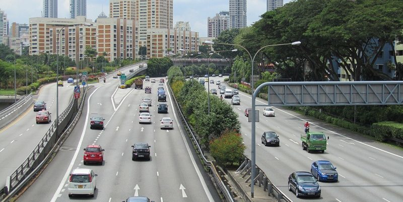 Autobahn in Singapur: Autofahren ist extrem teuer in dem Stadtstaat.
