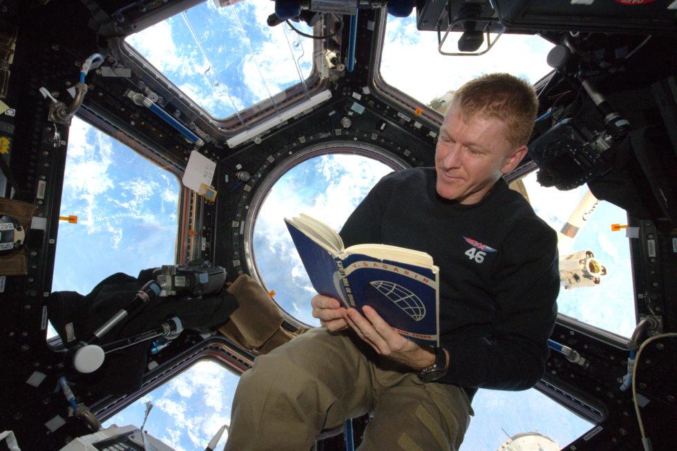 Der britische Astronaut Helen Sharman liest auf der ISS ein Buch des russischen Kosmonauten Juri Gagarin, das er persönlich signiert hat. Russland will auch nach 2024 auf der ISS arbeiten.